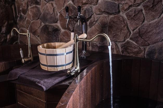 Деревянные банные принадлежности в сауне.