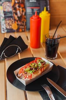 木製のテーブルの屋台の食べ物