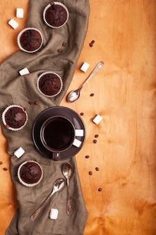 新鮮なチョコレートのマフィンとコーヒーのカップ