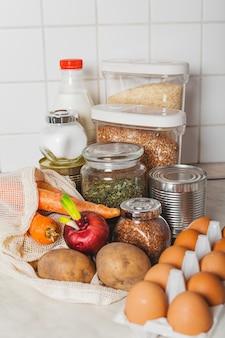 Продовольственные товары в изобилии дома на столе