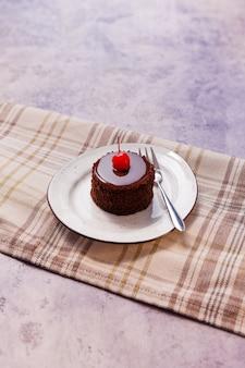 Вкусный торт на сером столе