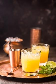Апельсиновый коктейль, украшенный лаймом