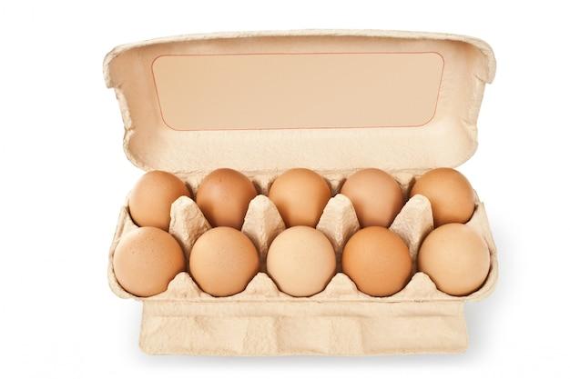 Набор коричневых яиц изолированных крупным планом