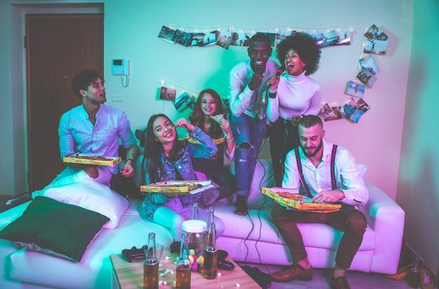 Группа молодых людей празднует и устраивает вечеринку дома