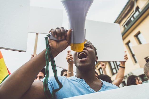 社会問題と人権に対する路上での公開デモ。抗議を行う多民族の人々のグループ