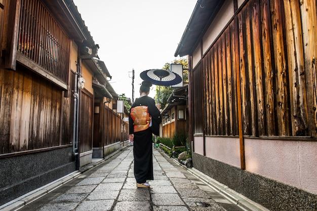 Азиатская женщина с юката, ходить в киото, япония