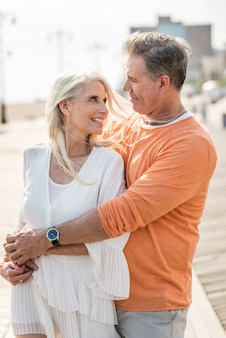 屋外デート年配のカップル