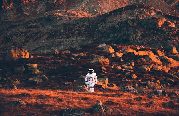 新しい惑星を探索する宇宙飛行士。人類の新しい家を探しています。科学と自然に関する概念