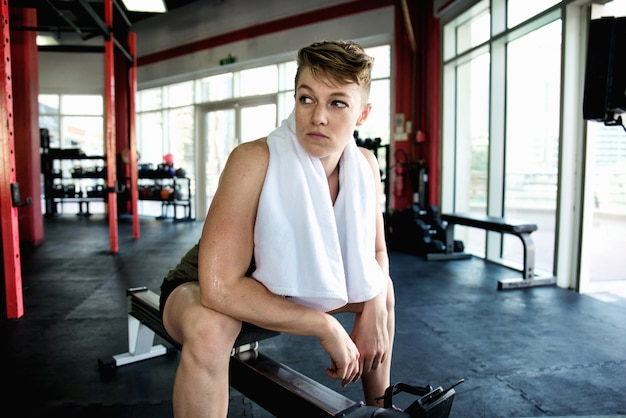 Тренировка спортсменов в тренажерном зале