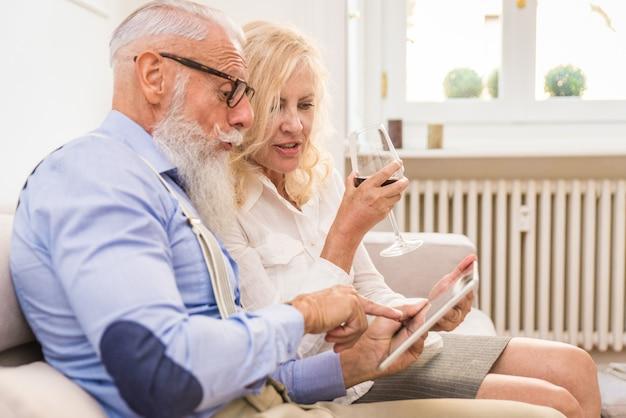 自宅で年配のカップル