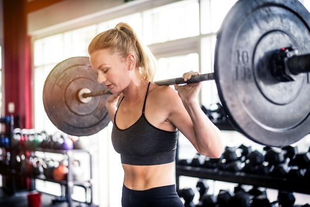 Тренировка спортсмена в тренажерном зале