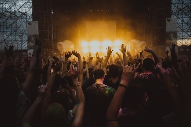 コンサートでファンの群衆