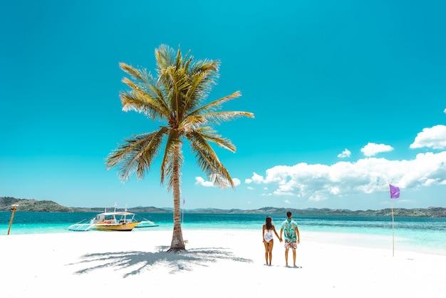 美しい熱帯の島で時間を過ごすカップル。休暇とライフスタイルについての概念。