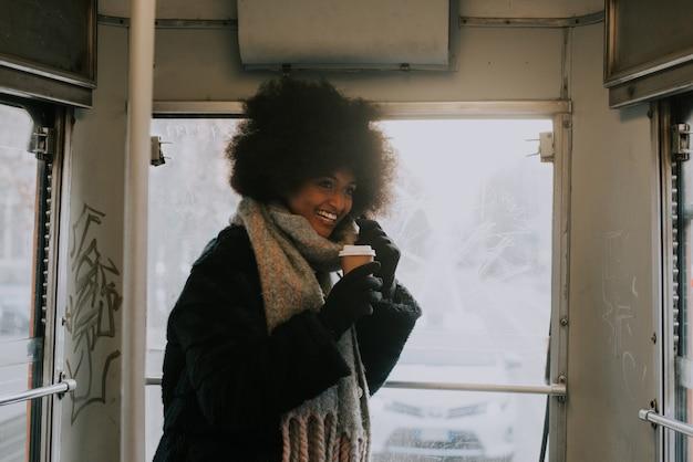 公共交通機関でアフロのヘアカット肖像画で美しい少女
