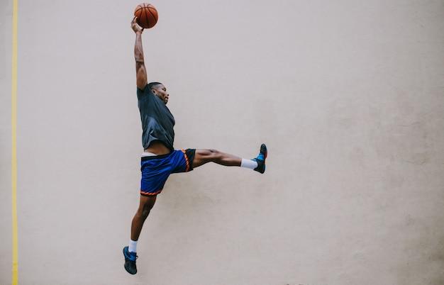 ニューヨーク市のコートでのトレーニングのバスケットボール選手