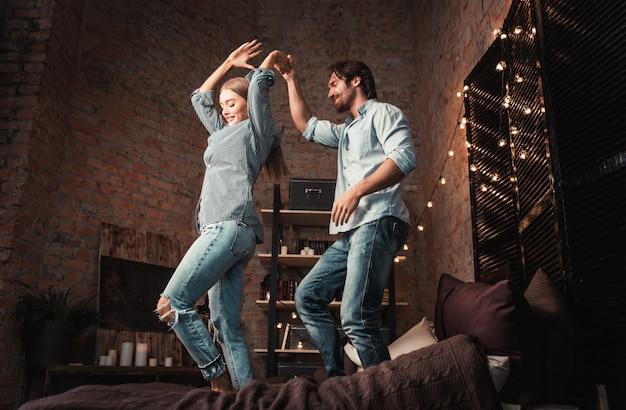 寝室でのカップルの瞬間。国内生活ホーム