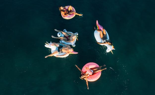 ビーチで楽しんでいる友人のグループ