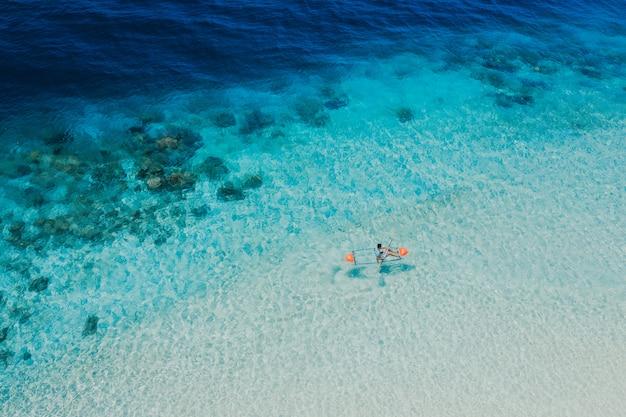 コロン州、フィリピンのディタイタヤン島。休暇、旅行、熱帯の場所についてドローンから空中ショット