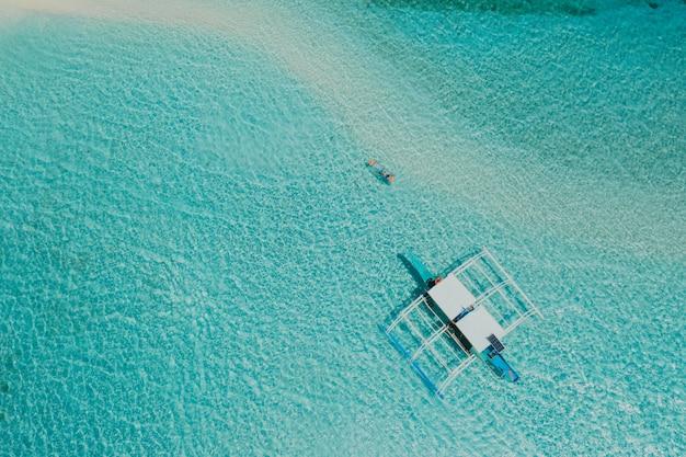 コロン州、フィリピンのブログドス島。休暇、旅行、熱帯の場所についてドローンから空中ショット