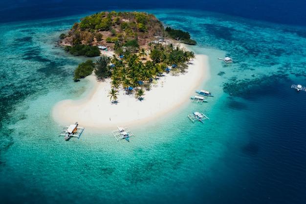 Пройдите остров на филиппинах, в провинции корон. воздушный выстрел из дрона о каникулах, путешествиях и тропических местах