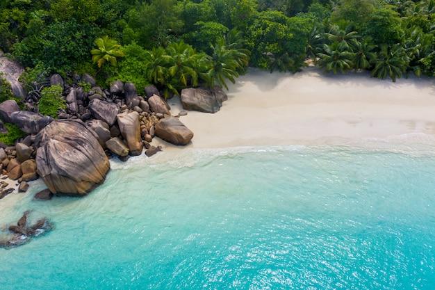 セイシェルの美しい島。ラディグ、アンスダルジャンビーチ。熱帯の風景に流れる水と波の泡