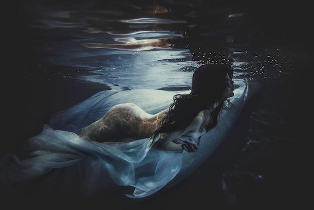 仮装水中で泳いでいる美しい女性