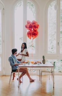 朝の朝食を食べることを愛するカップル