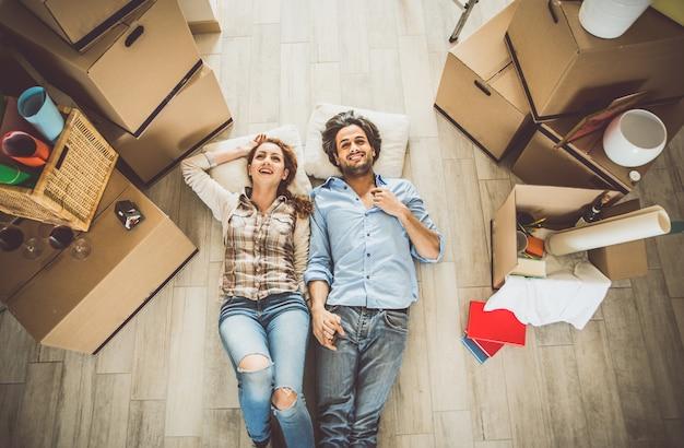 若いカップルが新しいアパートに移動