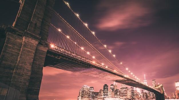 夜のブルックリン橋とマンハッタンのスカイライン