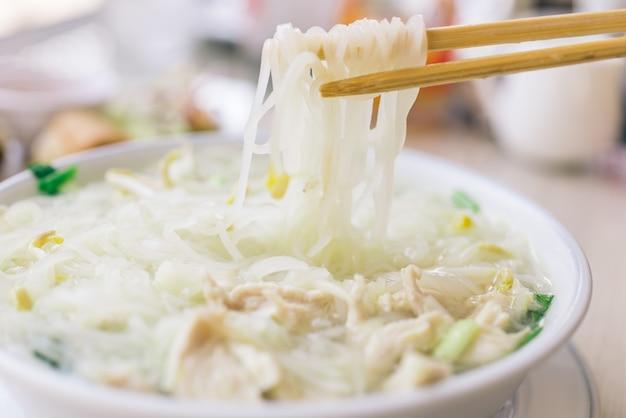 伝統的なタイ麺のスープ