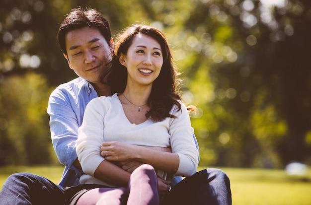 晴れた秋の日に東京で一緒に時間を過ごす中年夫婦