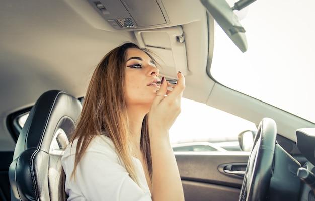 日付の前に車に口紅を置く女性
