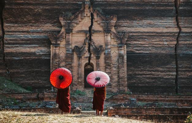 Дети монахи проводят время вместе в пагоде. в мьянме дети начинают обучение, чтобы стать монахами в возрасте семи лет