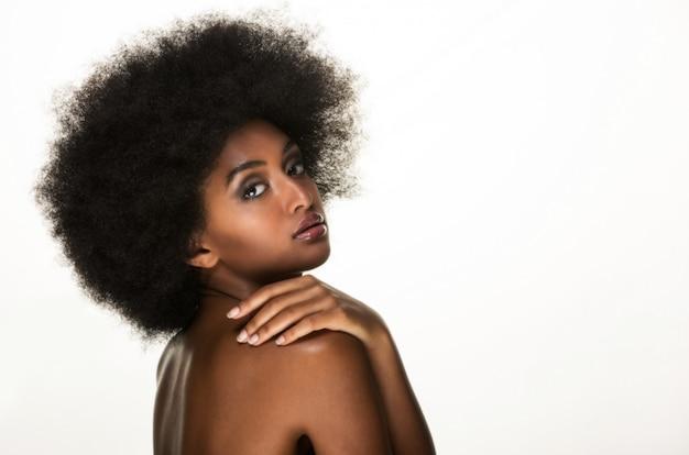 Красивая черная женщина портрет, красота и концепция ухода за кожей