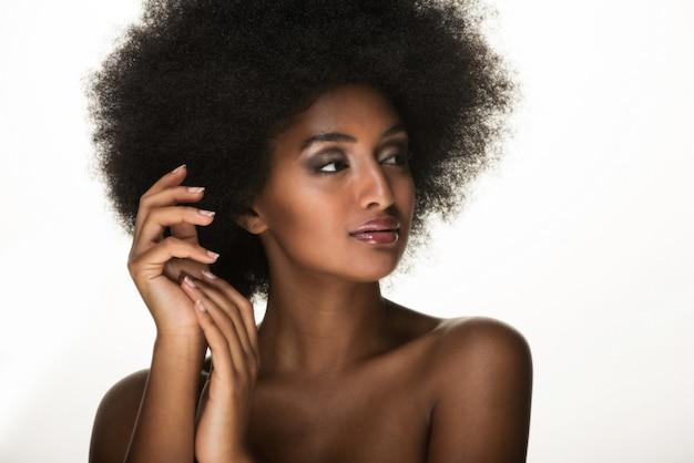 美しい黒人女性の肖像画、美しさと肌ケアのコンセプト