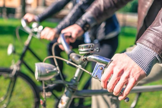 Пара катается на велосипеде