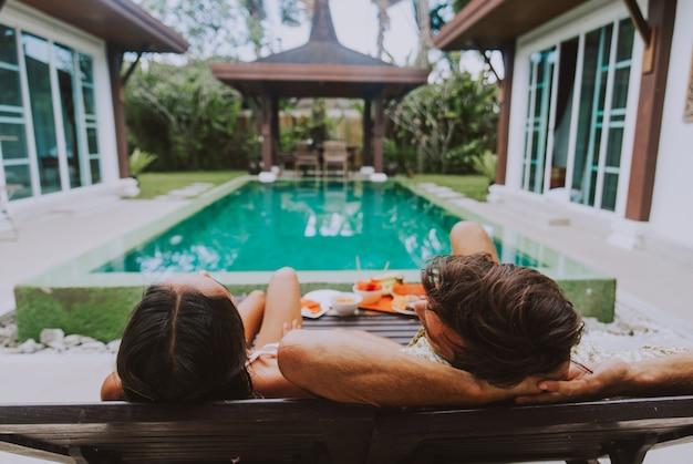 美しい休暇の家で時間を過ごす幸せなカップル