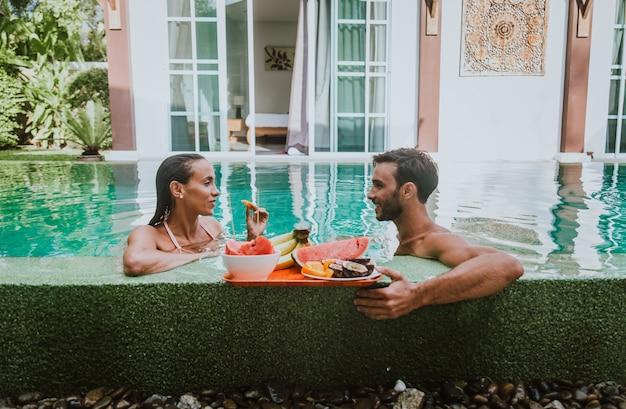Счастливая пара проводит время в красивом доме отдыха