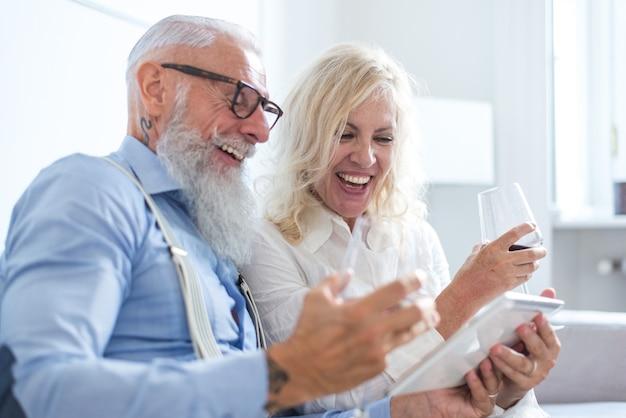 自宅で年配のカップルのライフスタイルの瞬間