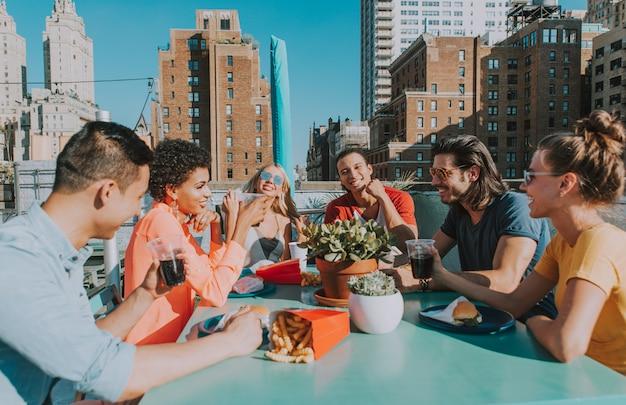 Группа друзей, ожидающих время вместе на крыше в нью-йорке, концепция образа жизни с счастливыми людьми