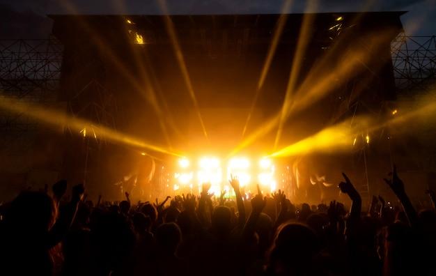 コンサートのファンの群衆