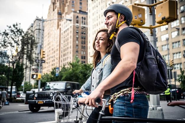 自転車に乗っているニューヨークのカップル