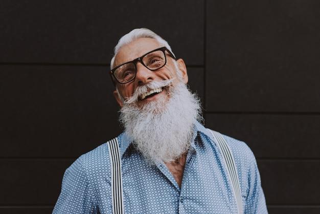 Старший хипстер со стильными портретами бороды