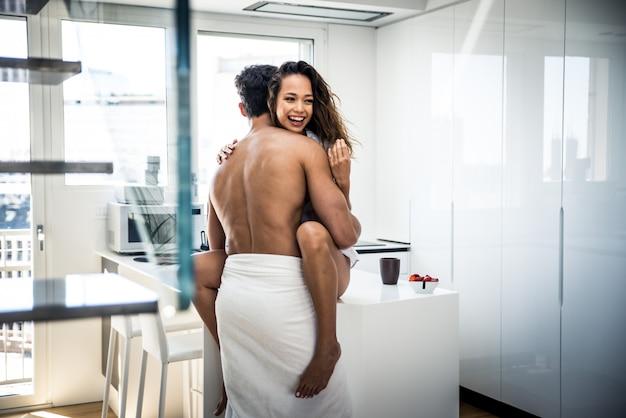 自宅で若いカップルのライフスタイルの瞬間