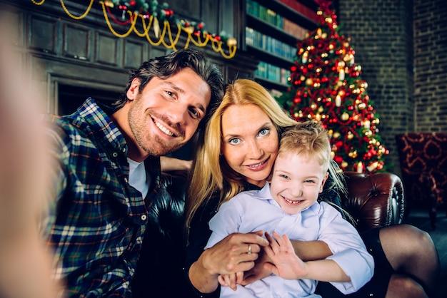 Семейный домашний портрет. родители и сын проводят время вместе