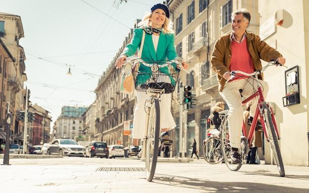 市内中心部で自転車に乗って年配のカップル