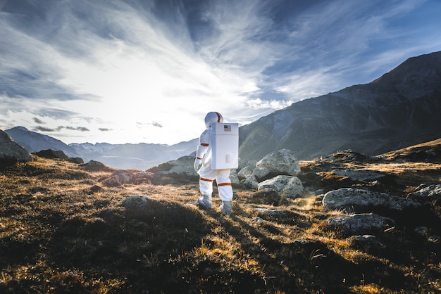 新しい惑星を探索する宇宙飛行士。人類のための新しい家を探しています。科学と自然についての概念