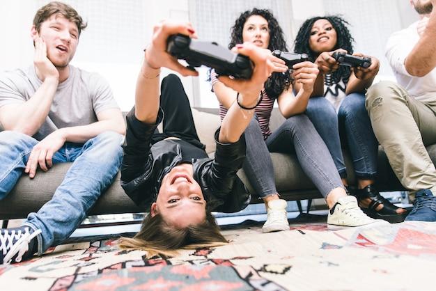 ビデオゲームで一生懸命遊んでいる友人のグループ。