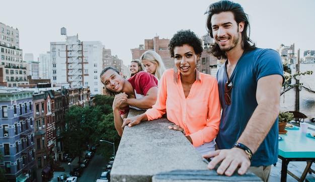 幸せな人々とのライフスタイルのコンセプト、ニューヨーク市の屋上で一緒に時間を過ごす友人のグループ
