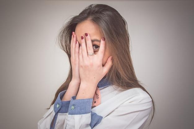 Женщина закрывает лицо